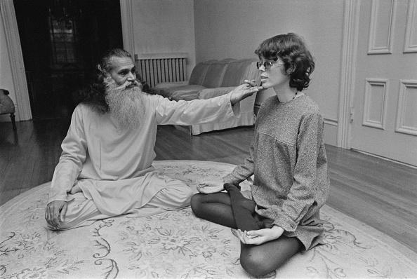 Yoga「Prudence Farrow」:写真・画像(3)[壁紙.com]