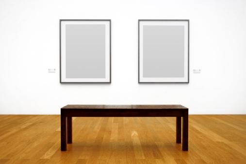 アート「木製ベンチの前で写真を壁に吊り下げ式のフレーム」:スマホ壁紙(12)