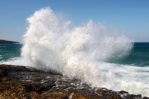 Coastline「Wave crashing against the beach」:スマホ壁紙(9)