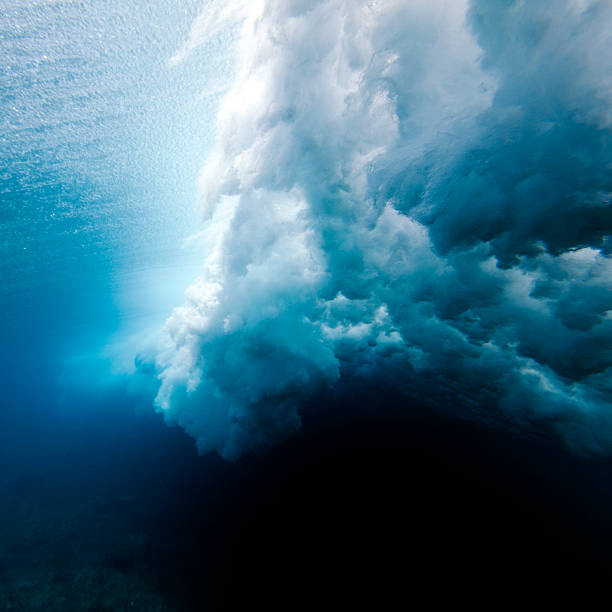 Wave crashing underwater:スマホ壁紙(壁紙.com)