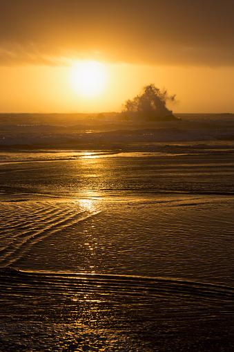 Cannon Beach「Wave crashing on rock at Cannon Beach」:スマホ壁紙(10)