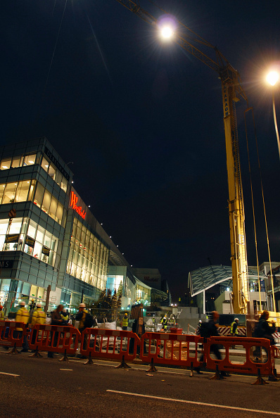 Low Angle View「28th October 2008. Construction work continues through the night as workers bid to have Westfield London shopping centre ready for opening on 30th October.」:写真・画像(9)[壁紙.com]