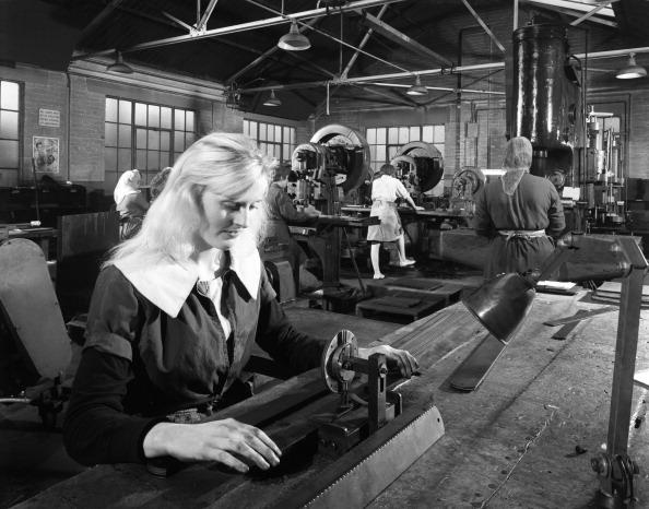 Sharpening「Female workers sharpening saw blades at Slack Sellars & Co, Sheffield, South Yorkshire, 1963. Artist: Michael Walters」:写真・画像(13)[壁紙.com]