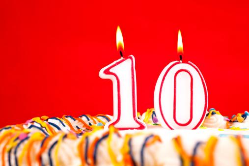 記念日「内装のバースデーケーキ、キャンドルの番号 10 。赤背景」:スマホ壁紙(1)