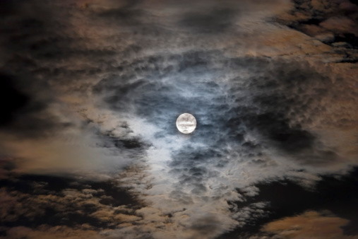 月「August 28, 2007 - Full moon in clouds.」:スマホ壁紙(7)