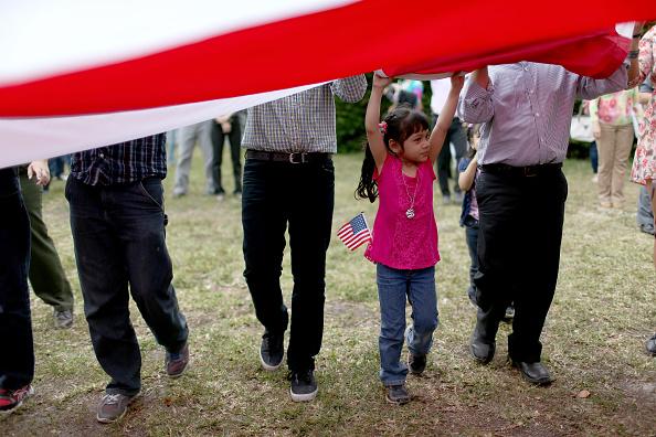 USA「Immigrant Children Sworn In At Florida Naturalization Ceremony」:写真・画像(2)[壁紙.com]