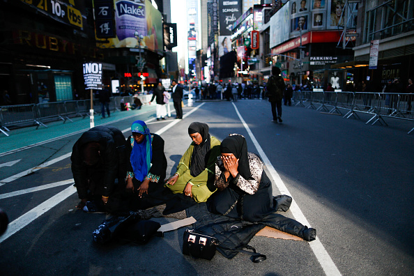 Bestpix「Activists Gather In Times Square In Day Of Solidarity With American Muslims」:写真・画像(9)[壁紙.com]