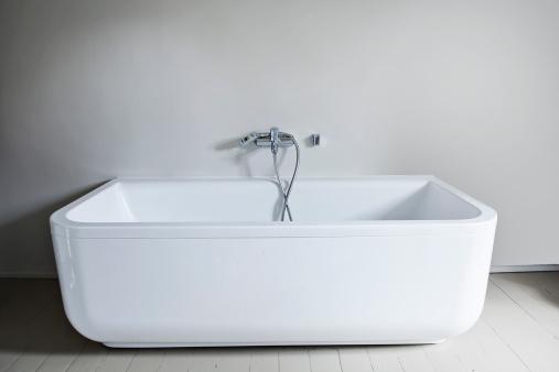 スイセン「Bathtub in bathroom」:スマホ壁紙(1)