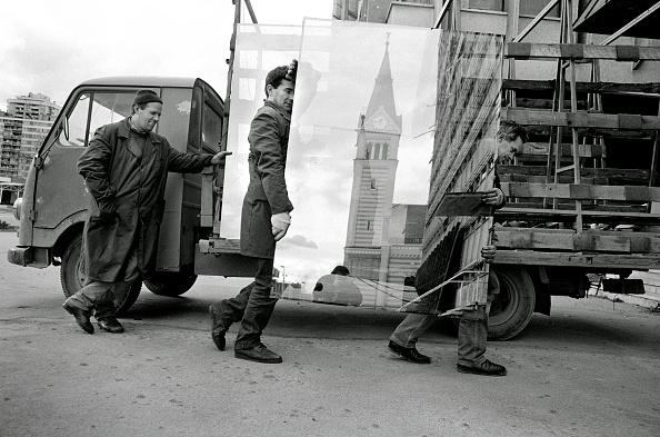 Glazier「Bosnia, Sarajevo, Glaziers unloading new windows from truck in street」:写真・画像(13)[壁紙.com]