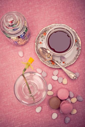 マカロン「Laid table with cup of tea, daffodil (Narcissus pseudonarcissus), macarons and a glass of sweets, elevated view」:スマホ壁紙(5)