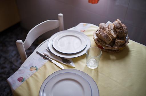 皿「Laid table for two persons with bread basket」:スマホ壁紙(4)