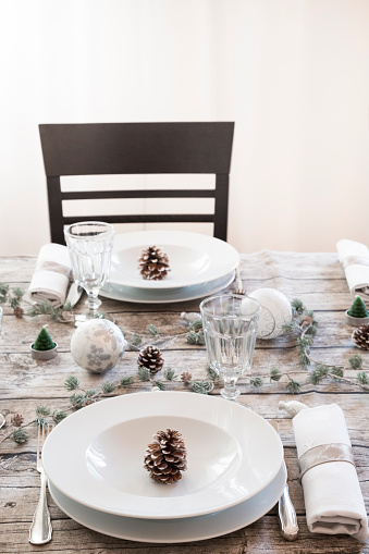 Pine Cone「Laid table at Christmas time」:スマホ壁紙(8)