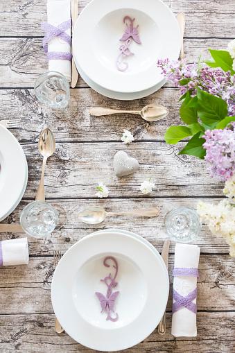 バレンタイン「Laid table with lilac」:スマホ壁紙(9)