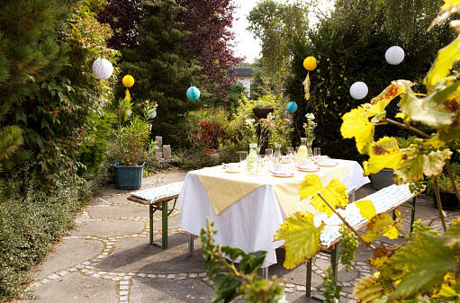Birthday「Laid table in garden, decorated for a birthday party」:スマホ壁紙(17)