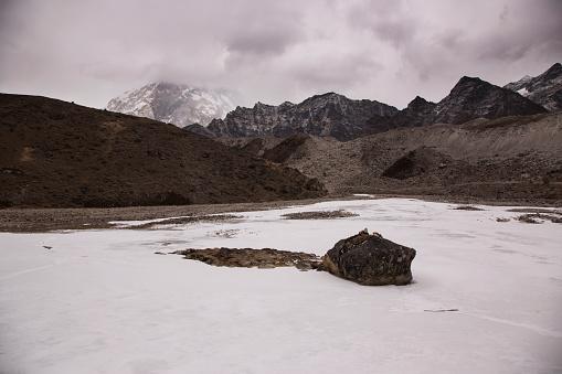Khumbu「Frozen Cho La Lake near Dzongla with Himalayan peaks visible through cloud, Everest Base Camp via Gokyo Trek, Nepal」:スマホ壁紙(12)
