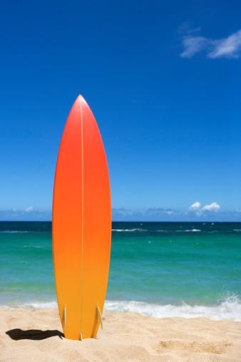 Standing「Surfboard on beach」:スマホ壁紙(8)