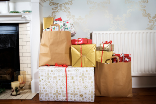 Gift「Presents in shopping bags in living room.」:スマホ壁紙(9)