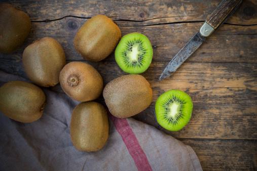 Kiwi「Kiwis (Actinidia deliciosa) and pocketknife on wooden table」:スマホ壁紙(9)