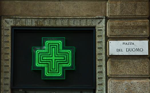Piazza Del Duomo - Milan「Green Neon cross of Farmacia next to street sign」:スマホ壁紙(8)