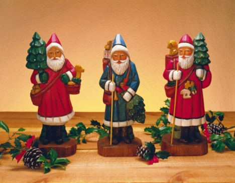 Gift「Three figurines of Santa Claus on table, front view」:スマホ壁紙(14)