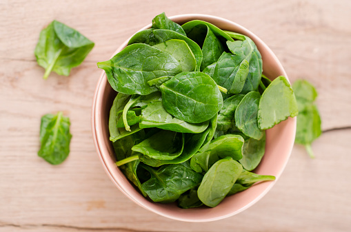 Spinach「Bowl of fresh spinach leaves on wood」:スマホ壁紙(17)