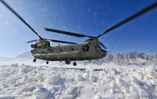 CH-47 Chinook「Snow flies up as a U.S. Army CH-47 Chinook helicopter prepares to land.」:スマホ壁紙(13)