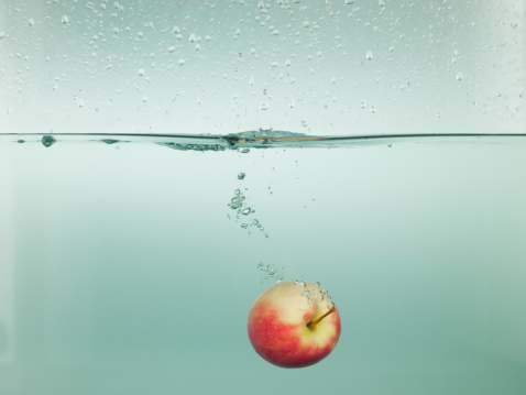 Moving Down「Apple splashing in water」:スマホ壁紙(7)