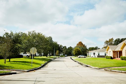 Texas「View of street in residential neighborhood on sunny afternoon」:スマホ壁紙(6)