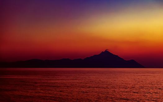 cloud「聖なる山 Athos 夕暮れ時。シトニア半島ハルキディキ、ギリシャ アテネ、近くの Platania のビーチからの眺め。」:スマホ壁紙(1)
