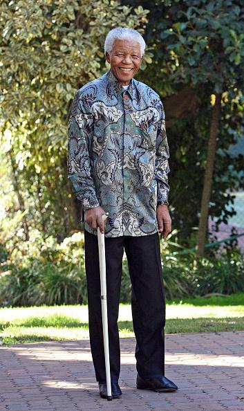 全身「Mandela Former South African president, Nelson Mandela enjoyed his 88th birthday today. He is wearing one of his famous Madiba shirts.」:写真・画像(1)[壁紙.com]