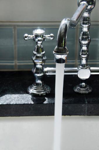 スイセン「Water running from tap」:スマホ壁紙(18)