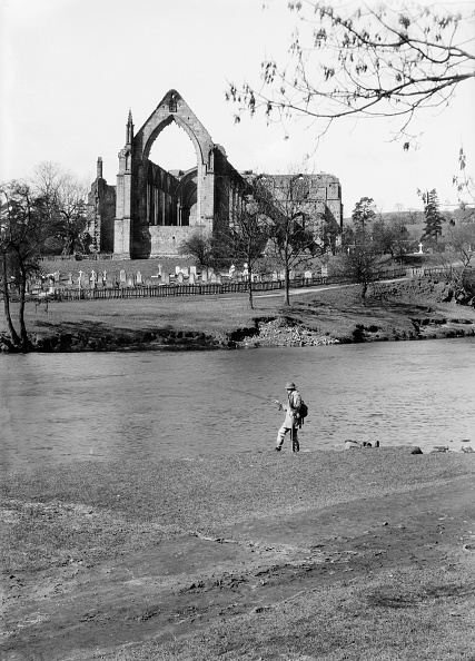 Water's Edge「A Fisherman On The River Wharfe In Front Of The Ruins Of Bolton Priory」:写真・画像(9)[壁紙.com]