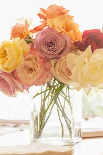 花「Roses in vase」:スマホ壁紙(9)