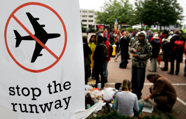 Heathrow Airport「Climate-change Protesters Take Action」:写真・画像(11)[壁紙.com]