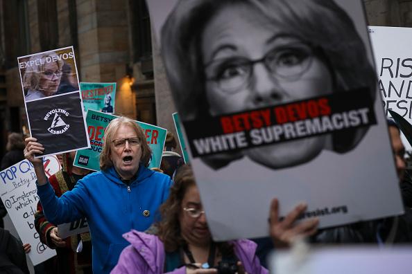 Drew Angerer「Activists Protest Against Education Secretary DeVos Outside Awards Dinner Honoring Her」:写真・画像(7)[壁紙.com]