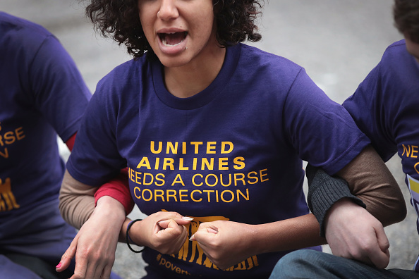 Parent「Demonstrators Outside United Airlines Shareholder Meeting Demand High Wages For Airline Workers」:写真・画像(10)[壁紙.com]