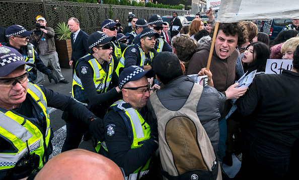 Waiting「Refugee Activists Confront Malcolm Turnbull At Liberal Party Dinner For John Howard」:写真・画像(10)[壁紙.com]