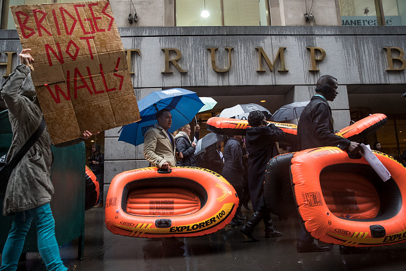 Drew Angerer「Protestors Rally Against Immigration Ban On Wall Street」:写真・画像(3)[壁紙.com]