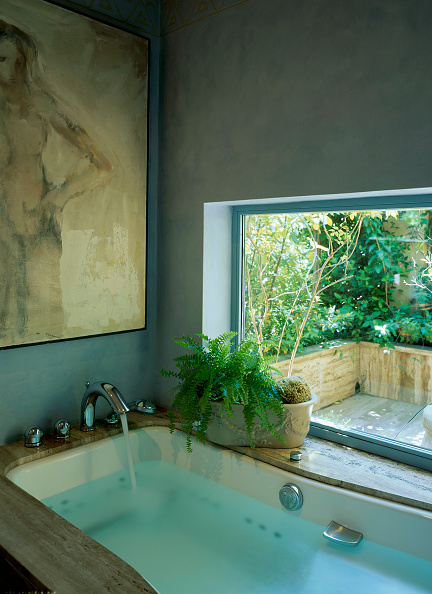 Bathroom「View of a bathtub filled with water」:写真・画像(10)[壁紙.com]