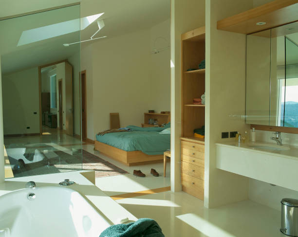 View of a bedroom from the adjoined bathroom:ニュース(壁紙.com)