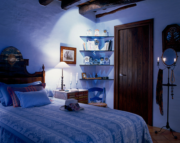 Lighting Equipment「View of a bed in an eclectic bedroom」:写真・画像(11)[壁紙.com]