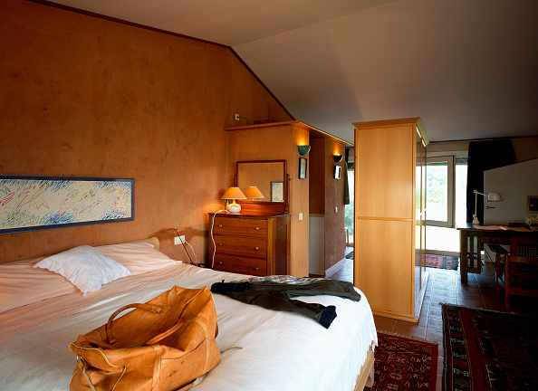 Ceiling「View of a bedroom with a large comfortable bed」:写真・画像(16)[壁紙.com]