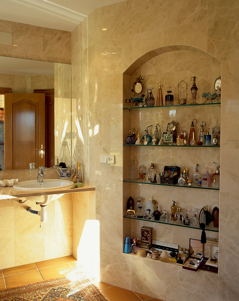 Bathroom「View of a bathroom with a collection of perfume bottles」:写真・画像(15)[壁紙.com]