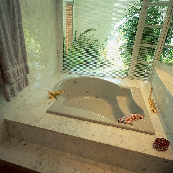 Bathroom「View of a bathtub in a clean bathroom」:写真・画像(13)[壁紙.com]
