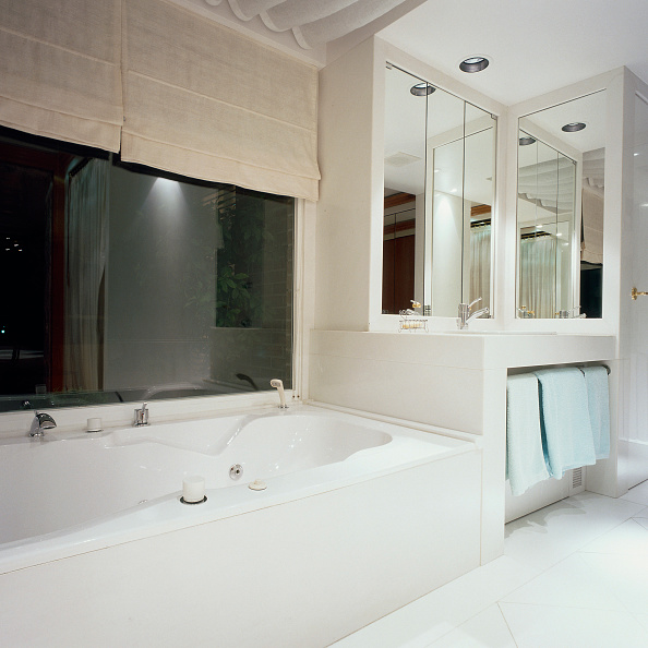 Bathroom「View of a bathtub in an illuminated bathroom」:写真・画像(16)[壁紙.com]