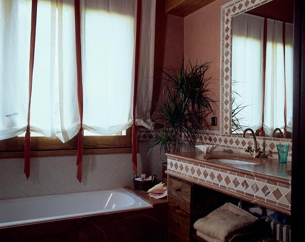 Bathroom「View of a bathtub in a neat bathroom」:写真・画像(7)[壁紙.com]