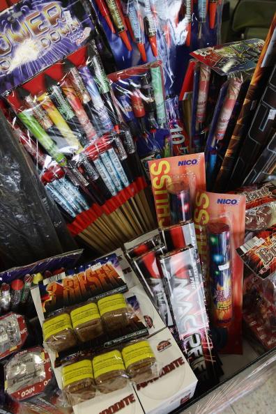 For Sale「New Year's Fireworks Sales Begin」:写真・画像(15)[壁紙.com]