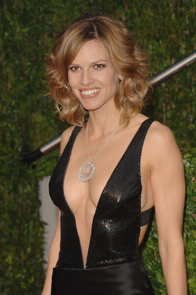 Plunging Neckline「2010 Vanity Fair Oscar Party Hosted By Graydon Carter - Arrivals」:写真・画像(12)[壁紙.com]