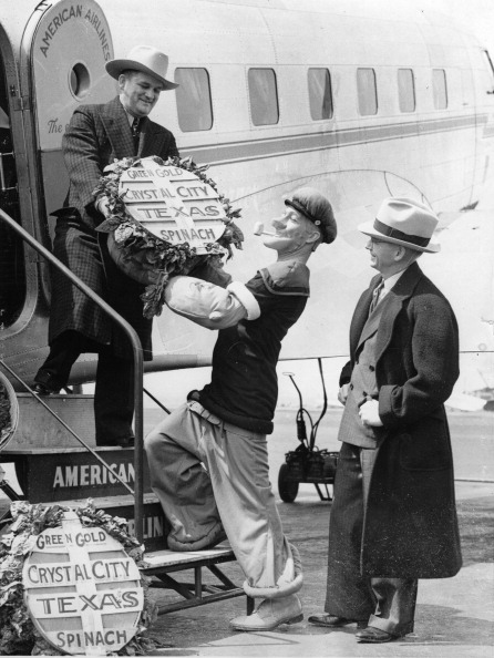 Spinach「E.C. Segar, comic artist, and Popeye the sailor, greets Mayor B.H. Holsomback, Crystal City, Texas, at his arriving in Newark. Photograph. About 1936. (Photo by Imagno/Getty Images) E.C. Segar, Komiker, und Popeye the sailor, begrüßen den Bürgermeister」:写真・画像(17)[壁紙.com]