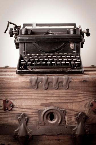 Typewriter「Vintage Black, Manual Typewriter, Sitting on Wood Trunk」:スマホ壁紙(13)